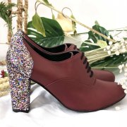 Richelieu en cuir lisse rouge bordeaux, talon 8cm en grosse paillette multicolore